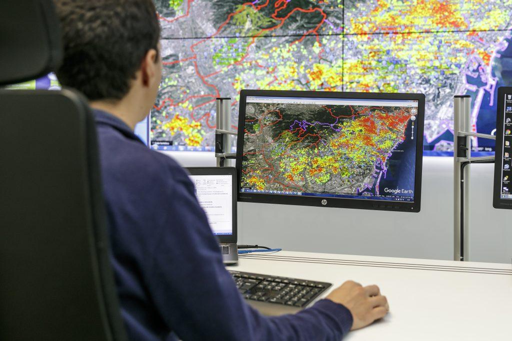 Trabajador manejando mapas de calor desde Dinapsis donde se controlan servicios digitales para mejorar la calidad ambiental de las ciudades