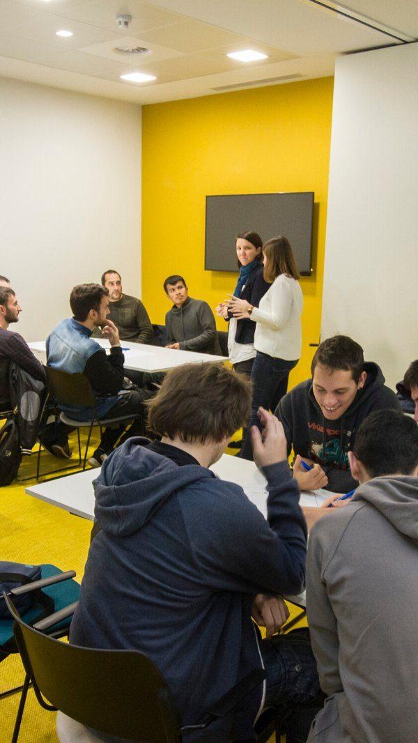Alumnos conversan y comparten ideas en Dinapsis Benidorm durante un taller sobre Turismo Sostenible